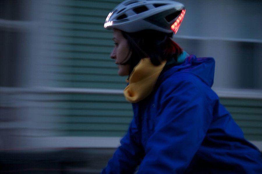 安全帽上裝置的閃亮方向燈與自動煞車燈讓其他駕駛能注意到騎士的位置與動作。 Lumos提供