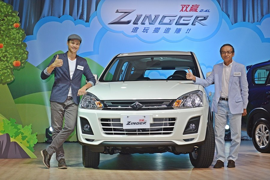 中華汽車推出大改款Zinger商旅車,以全新的造型和內裝,加上油耗大幅升級,配備和置物功能大進化,並請來知名導演吳念真和他的兒子吳定謙共同代言。 記者趙惠群/攝影