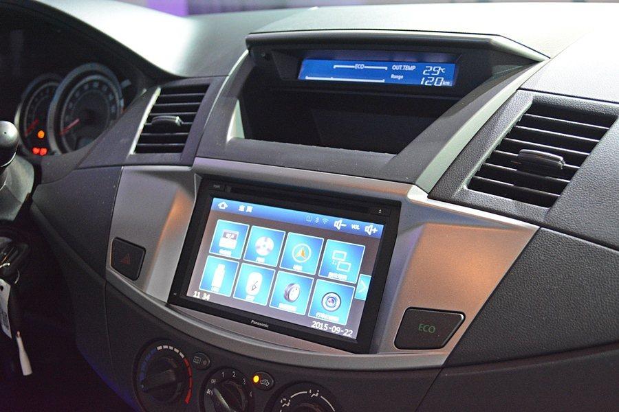 中控台除了基本款有MP3/WMA功能的CD主機,中控台上方配有全新的行車資訊顯示...
