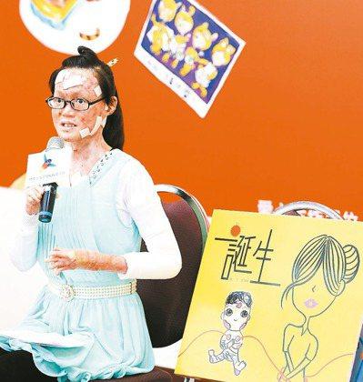 20多歲的劉佩菁,一出生就被診斷為罕病先天性表皮鬆懈性水皰症,但她仍努力以畫筆畫...