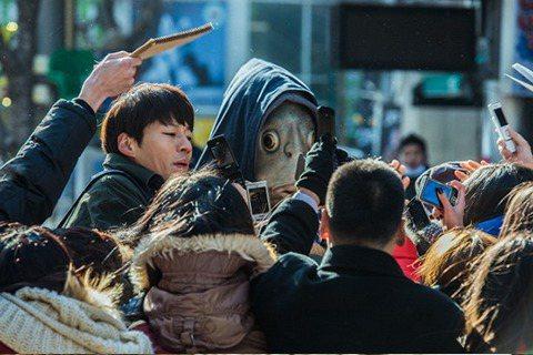 韓國電影「突然變異」20日公佈了電影劇照。據韓國媒體報導,飾演變種魚人的李光洙,雖然頭戴魚頭亮相拍戲,但每次拍攝時都得要花4到6小時進行特殊化妝,最辛苦的莫過於全程戴著重達八公斤的魚頭。電影「突然變...