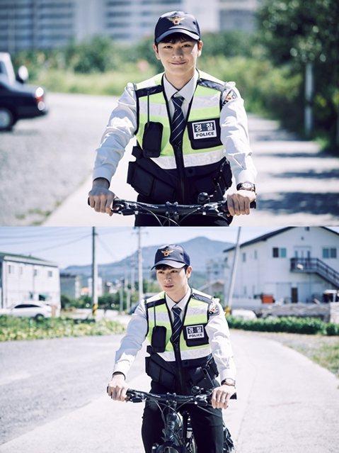 22日,韓國SBS電視臺電視劇 《村莊:阿雉阿拉的秘密》公開了一組劇照,主演陸星材(飾 朴宇在)在劇中的警察造型吸引了觀眾們的視線。在公開的照片當中,陸星材身穿普通的巡警服裝騎著單車進行巡視,嘴邊的...