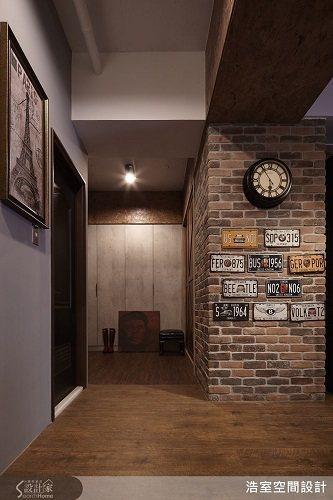 紅色文化石、 OSB 板等材質的運用,讓空間呈現出具工業復古的氛圍氣度。 圖片提...