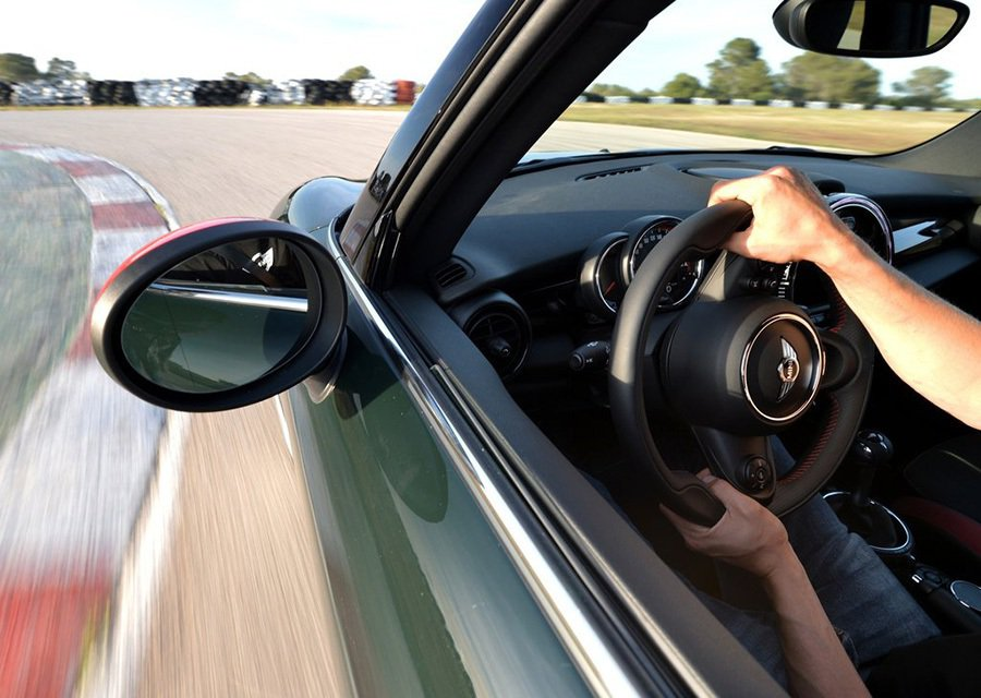 Mini John Cooper Works不是一般普通的通勤交通工具,買家身體裡一定是留著熱血,特別愛車,愛激烈操駕,非常在意駕馭樂趣的人。 MINI提供