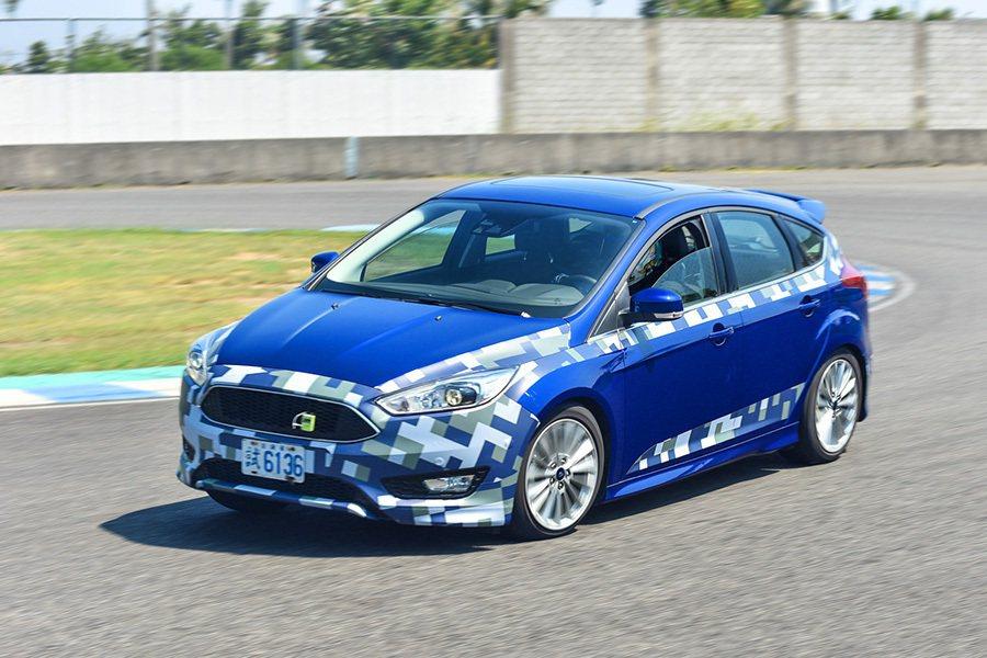 Ford New Focus搭載優化的電子動力輔助方向盤在增加轉向助力的同時,降低轉向摩擦與干擾,使駕駛者在操駕過程中感受更為豐富的地面回饋。 Ford提供