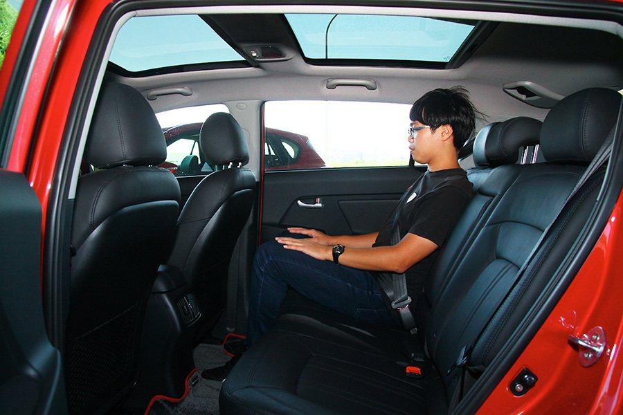後排座椅的腿部空間卻比 Mazda CX-5寬裕一些,但頭部空間比較擠一點。 記者敖啟恩/攝影