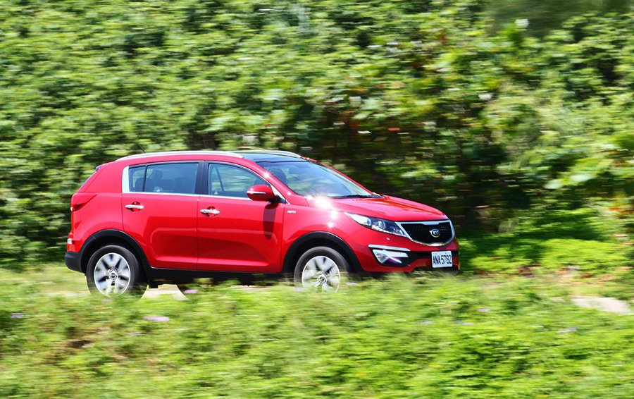 KIA Sportage搭載的2.0柴由引擎最大扭力輸出為40公斤米,雖比 Mazda CX-5弱一點,但實際駕馭時的中低速加速貼背感確較為強烈一些。 記者敖啟恩/攝影