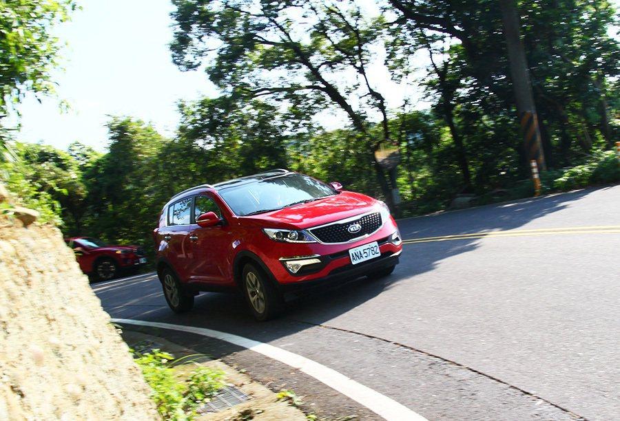 KIA Sportage的方向盤轉向系統明顯比 Mazda CX-5輕手許多,路感也比較不足。 記者敖啟恩/攝影