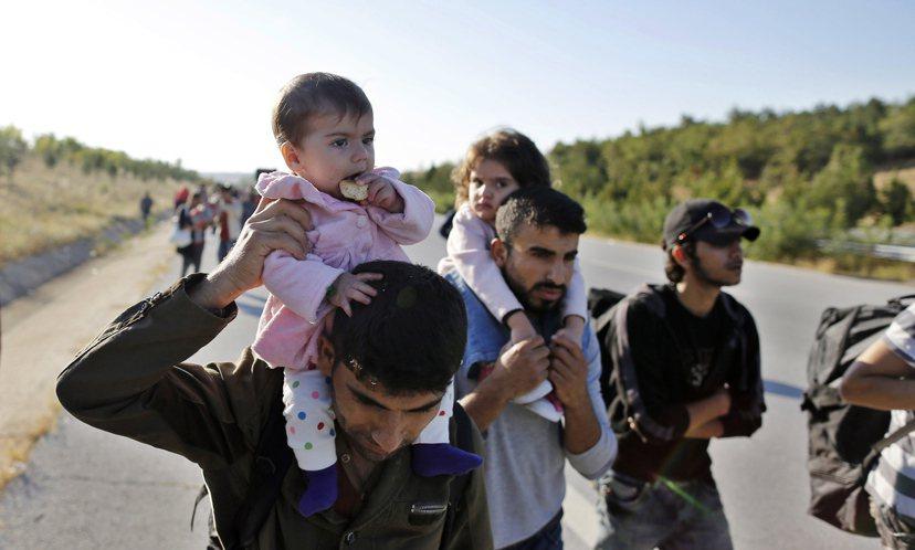 今年9月15日,數千名敘利亞難民企圖徒步穿越土希邊境,前往德國。圖/歐新社