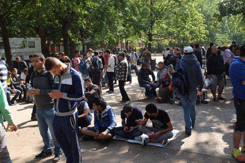 隨著難民潮湧入,柏林處理難民事務的政府機構LaGeSo,每天從早到晚都是人山人海...