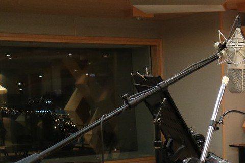 郭靜出道後和世新學長黃子佼慢慢變成好友,最近更被學長推薦擔任他在TVBS「全球中文音樂榜上榜」節目的副手,於是當台中一家百貨公司邀請他成為「ART RIVER」光之廊的策展人、需要一首店歌,黃子佼立...