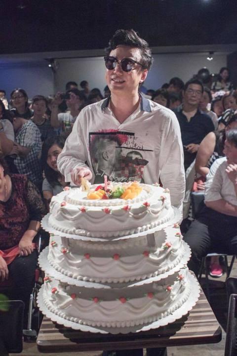 「金曲歌王」蕭煌奇22日無懼「逢九不過壽」禁忌,和家人及150位歌迷一同歡慶39歲生日,他說:「我不會Care這個禁忌,就把它當成是38歲生日,只是過了保固期罷了!」果然是天性樂觀的歌王。