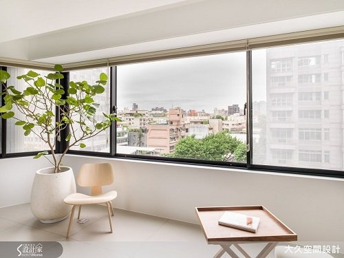 窗邊規劃一處休憩區,引進光影與城市風景,體現生活的自在禪意。 圖片提供_大久空間...