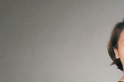 黃姵嘉以「出境事務所」入圍「金鐘50」最佳女主角獎,日前為金鐘星光紅毯試裝,身高158公分的她身材嬌小,對上擁有模特兒身材的對手蔡淑臻、朱芷瑩、林心如等人,紅毯男伴吳慷仁竟傳授她「以跌倒為標準」的搏...