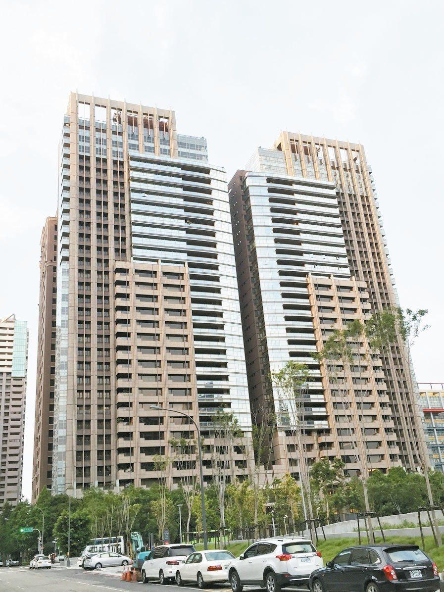 調查顯示,目前不少在精華區的豪宅待售期也拉長。報系資料照