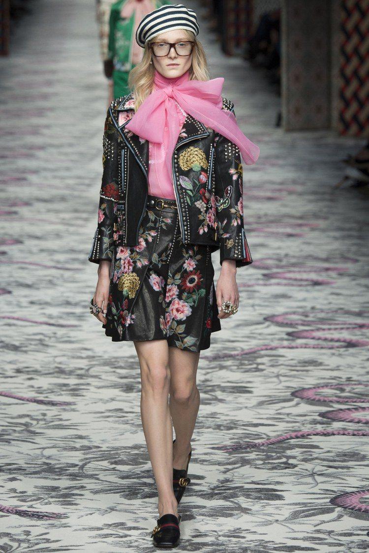 誇張的領帶和蝴蝶結裝飾也能看出 Alessandro Michele 的童心,將...