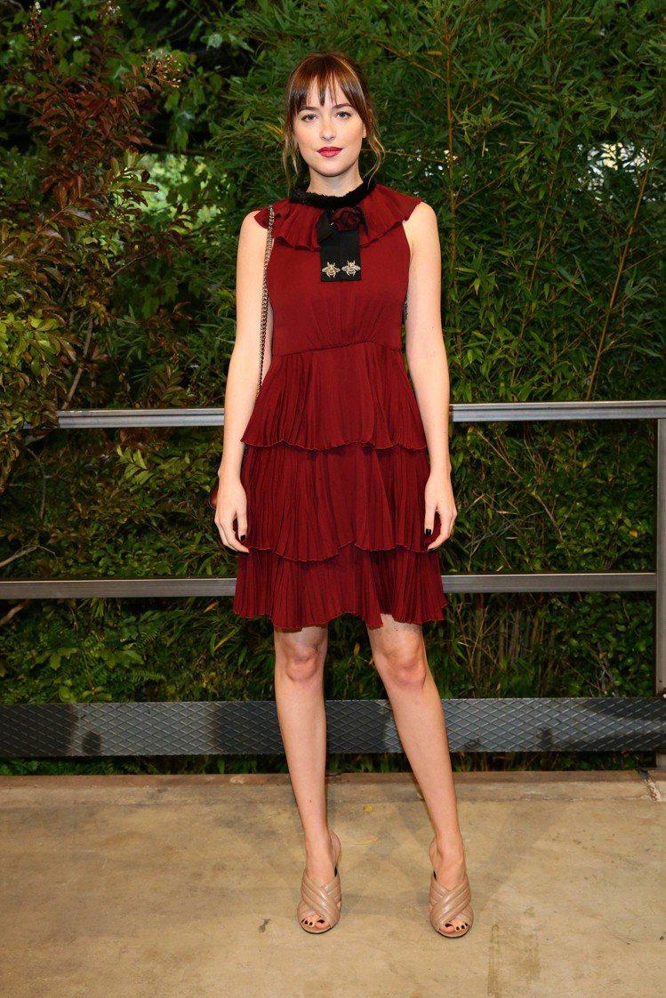 Dakota Johnson 穿著 GUCCI 荷葉邊剪裁洋裝出席看秀。圖/GU...