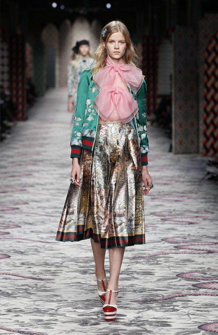 誇張的領帶和蝴蝶結裝飾也能看出 Alessandro Michele 的童心。圖...