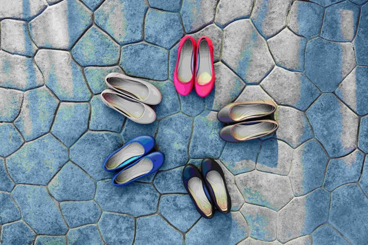 Crocs卡駱馳卡樂彩經典平底鞋。圖/Crocs提供