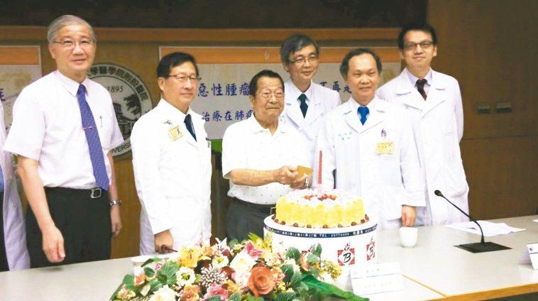 洪先生(中切蛋糕者)罹患肺腺癌轉移肋膜,經過光動力治療,重獲新生。圖為台大校長楊...