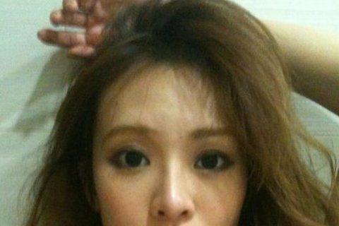 先前丁小芹上半年才剛神隱了兩個多月,7月份在微博與臉書PO上照片時,由於眼睛與鼻子都意外變大,有網友質疑她整過頭,但她也不甘示弱地回應:「拜託,人瘦了說我整,人胖了還說懐孕了?換了韓流髮型說變日本太...