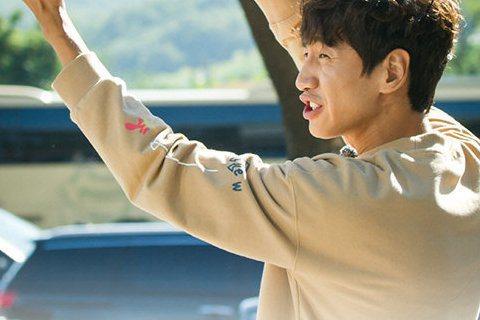 上周韓國綜藝節目《Running Man》中播出SUPER JUNIOR奎賢對著金鐘國彎下腰打招呼,爆笑畫面連連。《Running Man》昨(24日)曝光本周的節目花絮照片,照片中SuperJun...