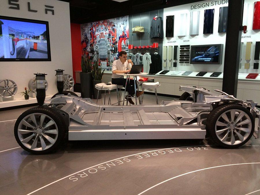 Tesla Model S車身重心幾乎與 Ferrari 458 Italia超跑一樣,因為電池裝置在底盤上。 記者敖啟恩/攝影