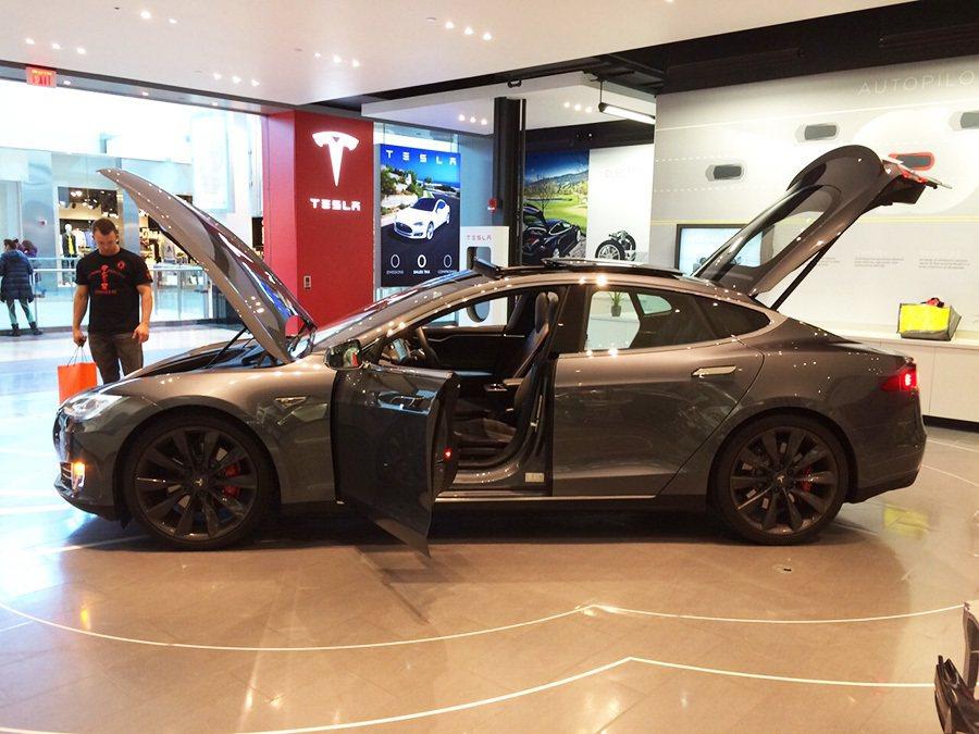 少了傳統燃油引擎,Tesla Model S車體前後都是行李箱。 記者敖啟恩/攝影