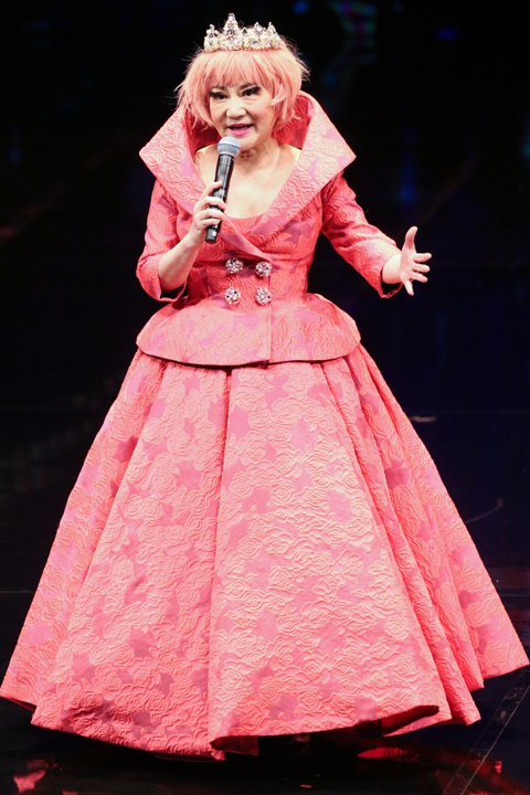 第50屆電視金鐘獎26日晚間在國父紀念館登場,綜藝天后張小燕擔任引言人。