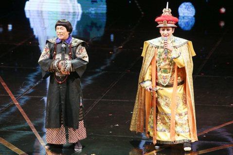 藝人豬哥亮(左)與陳亞蘭(右)擔任頒獎人,豬哥亮向文化部長喊話呼籲特別貢獻獎早點頒,不要等過世了才頒,此話一出笑翻全場。