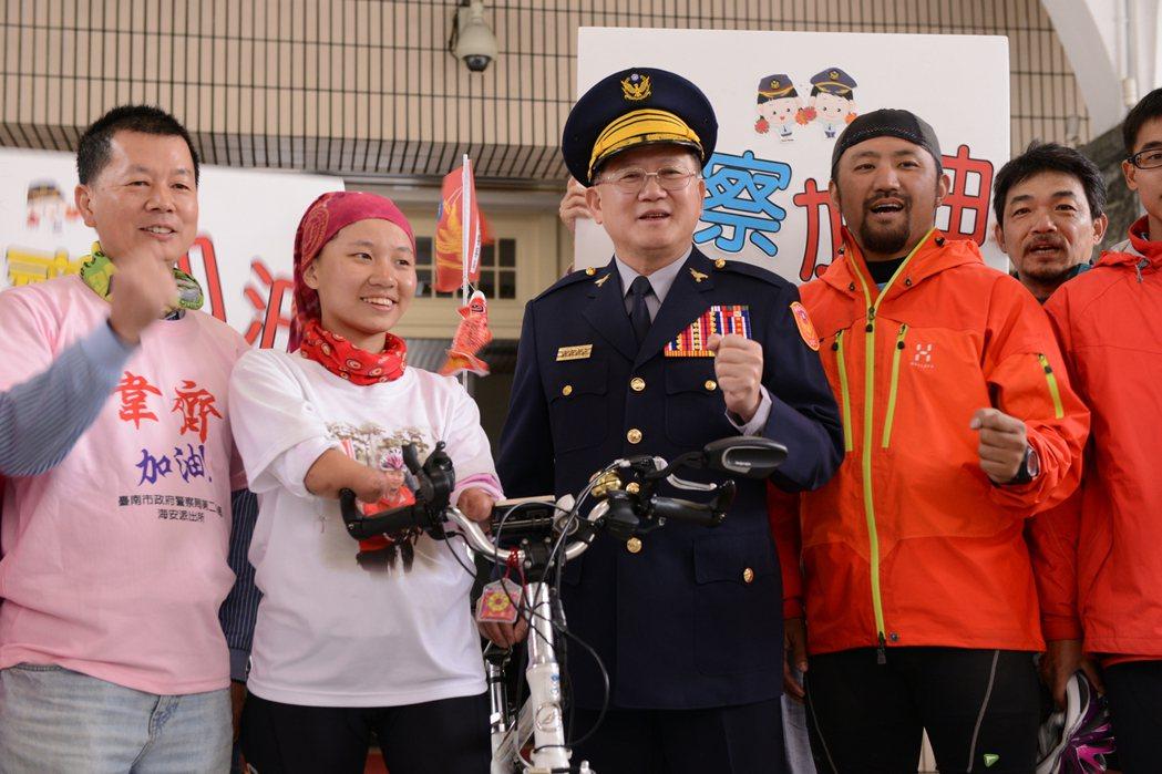 陳國恩(中)與同樣熱愛運動的「折翼天使」郭韋齊(左二)合影。 圖/警政署提供