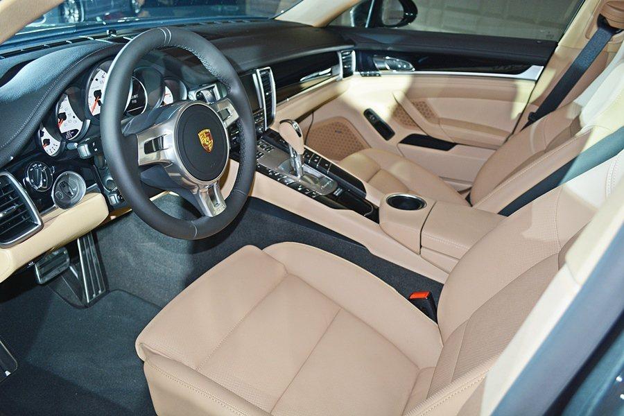 兩車型也提供多項選用配備,例如內裝則黑色部分真皮或黑/淺竭部分真皮可選用。 記者趙惠群/攝影