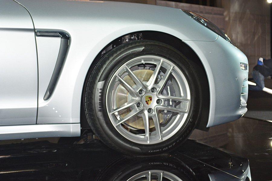 Panamera Edition配備19 吋 Panamera Turbo II 鋁圈鑲嵌彩色保時捷盾徽。 記者趙惠群/攝影