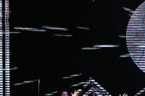 第50屆電視金鐘獎26日晚間在國父紀念館登場,開場表演由綜藝大哥胡瓜(左起)、張菲、張小燕、吳宗憲三王一后和選秀歌手們演出「群星會金鐘」揭開典禮序幕。今年金鐘50共有4段演出,分別是開場表演「群星會...