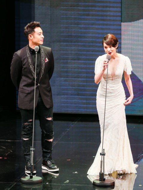 第五十屆電視金鐘獎在國父紀念館頒獎,楊丞琳(右)與潘瑋柏(左)擔任頒獎人。