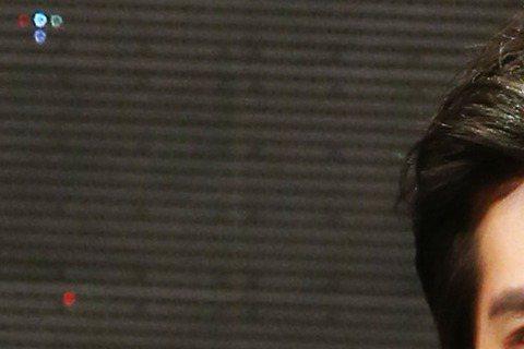 金鐘戲劇節目男主角獎由「妹妹」藍正龍奪得,老婆周幼婷立即獻上擁抱,有趣的是頒獎人之一周渝民與藍正龍都曾是大S男友,周渝民避開頒獎給藍,改由林依晨頒獎,兩人短暫一握,態度大方。藍正龍在台上強忍激動,感...