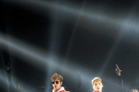 南韓天團「BIGBANG」日前在台連開4場演唱會,紛爭不斷,27日晚有粉絲在網路爆料,主辦單位「Live Nation Taiwan理想國演藝」公然沒收粉絲親手製作的看板且轉賣,還阻擋藝人安可、同意...