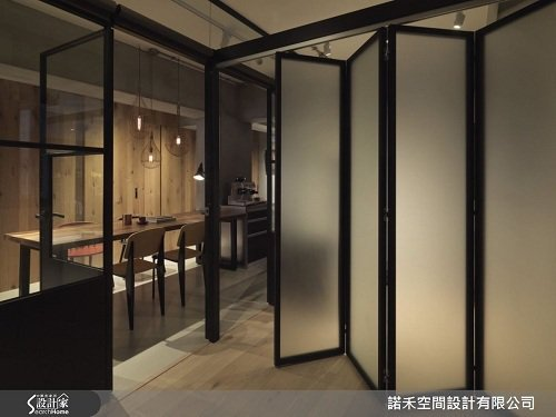 一旁清玻璃窗格鐵門視角以同水泥材質延伸,建構起居室,內載活動折疊門讓空間劃分為二...