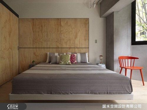 主臥衣櫃愛樂可合板,原木板的表面不做貼皮,表現材質本身的質地。 圖片提供_諾禾空...