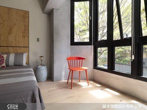 主臥室維持原始質樸的樣貌,與客廳背牆同一面,並保留採光窗景。 圖片提供_諾禾空間...