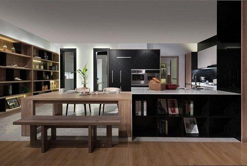 開放式餐廚空間,檯面既是中島也是餐桌的延伸,一邊是餐具櫃、一邊是書櫃,多功能的櫃...