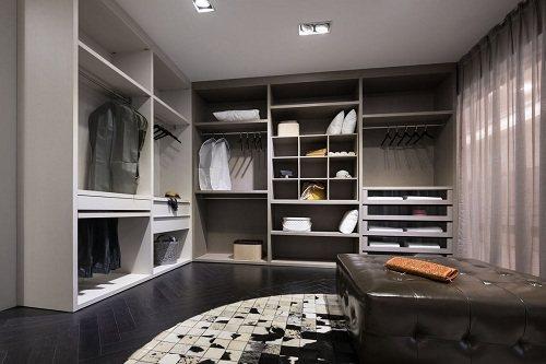 寬敞的衣帽間,隨著穿衣整戴的需求不同,量身訂做收納空間,機能強大。單色系的整體空...