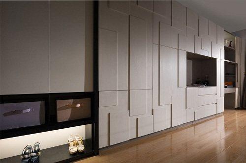 臥室內的大面積電視牆兼衣櫃,利用系統板材厚薄的高低差,營造時尚與收納機能兼具的多...