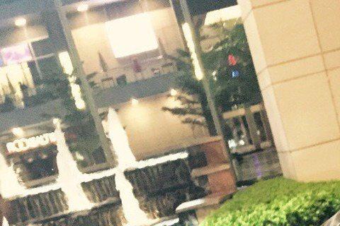 李晨與范冰冰戀情公開後,一舉一動備受矚目,小倆口也毫無避忌,大方展現戀人甜蜜蜜的舉動,最近更有微博網友「ChlOe_Lee_」曝光了一張李晨彎腰幫范冰冰綁鞋帶的照片,網友還注意到,范冰冰自己也彎著腰...