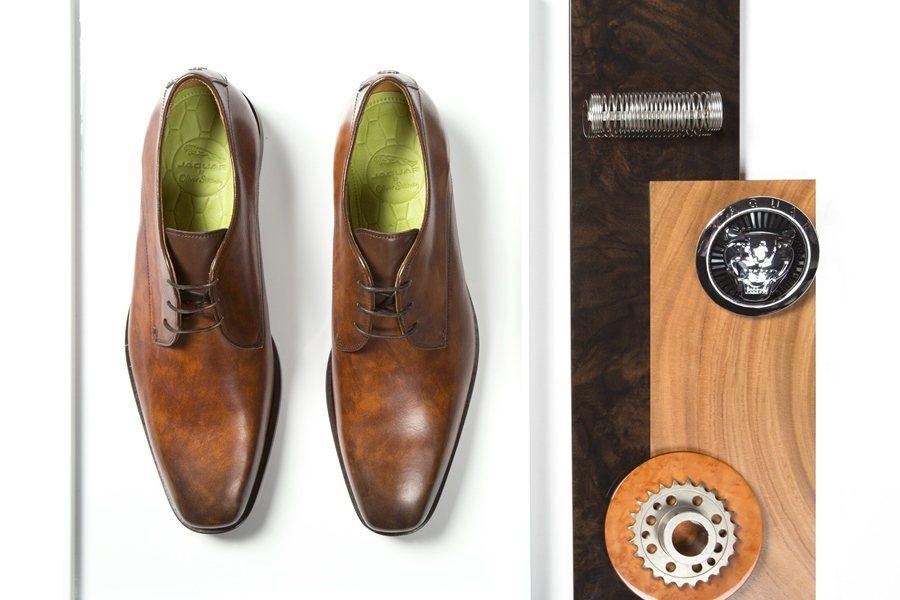 Weslake and Sayer開發設計過程和Jaguar車款設計流程相似,先由設計師以手工雕塑出鞋子模型,接著利用3D列印技術,接著原型鞋款再送到工廠由工匠手工剪裁與縫製。 圖