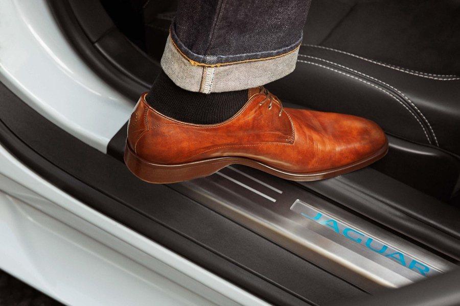 這雙鞋款有特殊設計的鞋根,採斜切設計,讓鞋根具有更好的旋轉支點,上下車踏車更穩,而且開車時也能更方便踩踏油門與煞車踏板。 圖/Jaguar提供