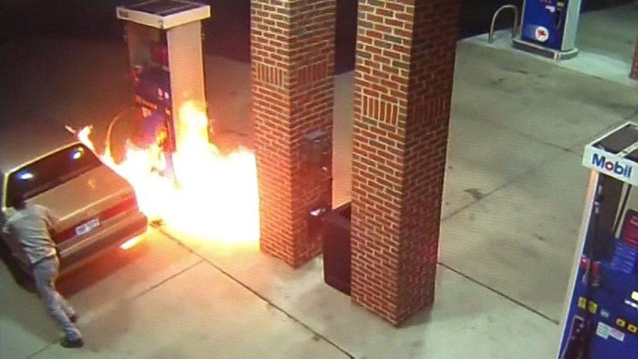 這或許是上帝要提示這位打火機哥該戒煙了。 裁自Live Leak影片