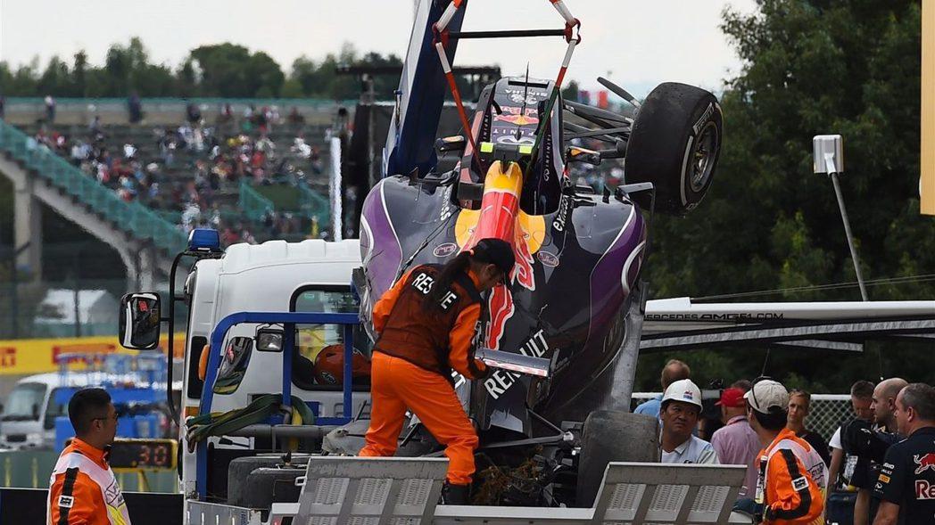 紅牛Kvyat在第3段排位賽失控撞毀,所幸人無大礙,仍能繼續出賽。 摘自F1