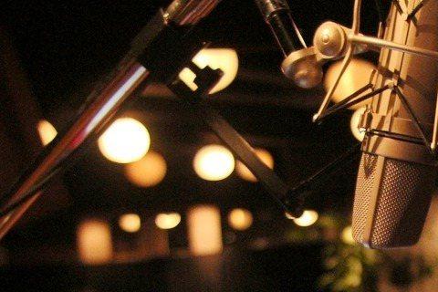 喜劇泰斗羅賓威廉斯過世1年多,最後遺作「超能玩很大」將於周五在台上映。特別的是羅賓僅獻聲而未現身,而且是幫狗狗配音。電影敘述賽門佩格飾演的英國中學魯蛇老師無意間被外星人賦予隨心所欲許願成真的超能力,...