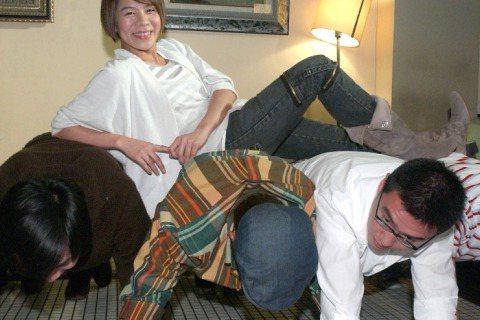 江美琪在猛男身上過白色情人,一上上四個,笑得也太開心了吧。